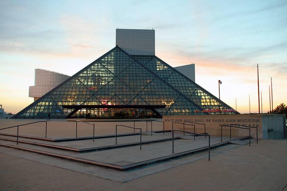 """<strong><a href=""""http://rockhall.com/"""" target=""""_blank"""" rel=""""noopener"""">Rock & Roll Hall of Fame</a>, Cleveland, Ohio, <a href=""""http://viajeaqui.abril.com.br/paises/estados-unidos"""">Estados Unidos</a></strong>O museu abriu em 1995, após 12 anos de construção, e exibe instrumentos, manuscritos originais e seções multimídia com grandes hits do rock. Um ano antes da estreia, Yoko Ono doou vários objetos de John Lennon, como letras de músicas, óculos, uma jaqueta de couro usada em Hamburgo, Alemanha, e a guitarra com a qual tocou no show dos Beatles no Shea Stadium em 1965. O espaço já recebeu mais de 8 milhões de visitantes e, na comemoração de abertura, shows grandiosos de Bob Dylan, Aretha Franklin, Johnny Cash, Chuck Berry, Bruce Springsteen, entre outros"""