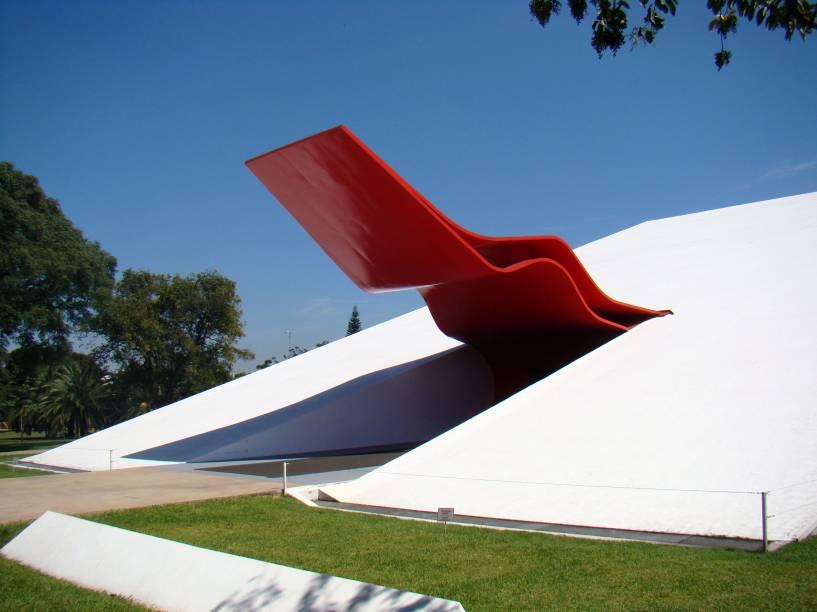 """<strong>4. <a href=""""http://viajeaqui.abril.com.br/estabelecimentos/br-sp-sao-paulo-atracao-parque-do-ibirapuera"""" rel=""""Parque do Ibirapuera"""" target=""""_blank"""">Parque do Ibirapuera</a></strong>Além de ser um ótimo e diversificado parque, o Ibirapuera reúne boa gama de atrações culturais. Entre os edifícios que chamam atenção, está o Auditório do Ibirapuera (foto), um belo projeto do arquiteto Oscar Niemeyer.<a href=""""http://viajeaqui.abril.com.br/estabelecimentos/br-sp-sao-paulo-atracao-parque-do-ibirapuera/mapa"""" rel=""""Veja o mapa"""" target=""""_blank"""">Veja o mapa</a>"""