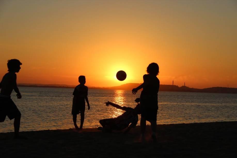 Crianças jogam bola no Bairro Ipanema em Porto Alegre, Rio Grande do Sul