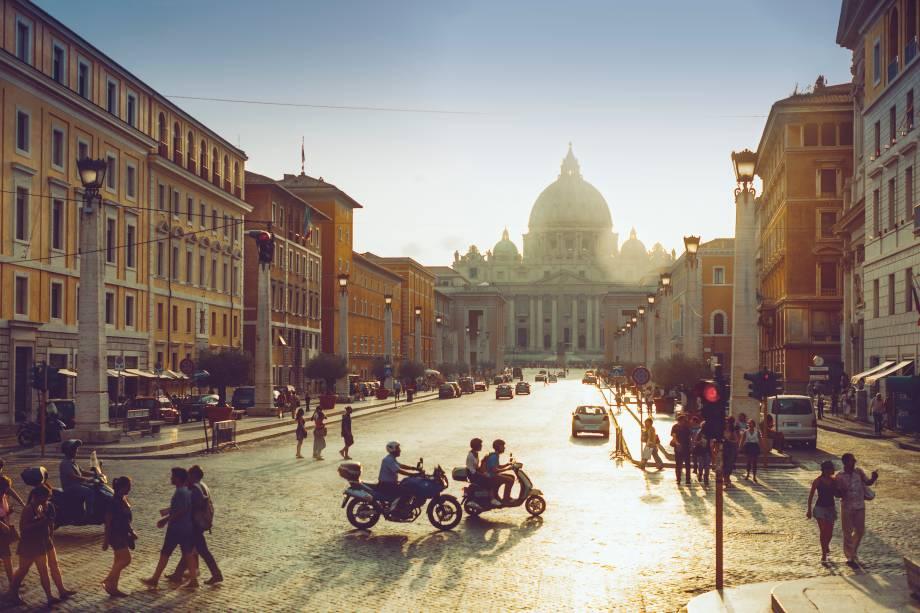 """Vista da<a href=""""http://viajeaqui.abril.com.br/estabelecimentos/italia-roma-atracao-basilica-di-san-pietro-basilica-de-sao-pedro"""" rel=""""Piazza San Pietro"""" target=""""_blank"""">Piazza San Pietro</a> sob o sol do verão em Roma"""