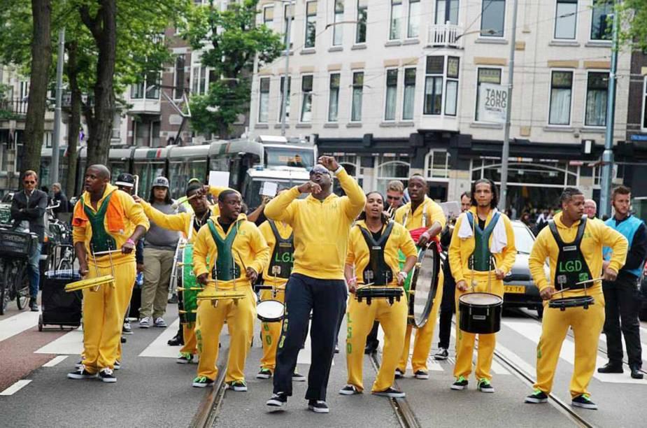 <strong>Roterdã Unlimited </strong>    O Rotterdam Unlimited representa uma mistura de música, dança, teatro e Carnaval e acontece no centro da cidade de Rotterdam.