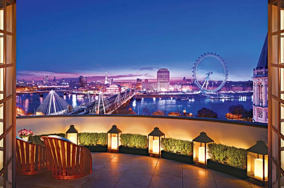 """Nem o céu emburrado de cinza, algo tão comum em <a href=""""http://viagemeturismo.abril.com.br/cidades/londres-5/"""" target=""""_blank"""" rel=""""noopener"""">Londres</a>, é capaz de conspurcar o astral que é dormir na Royal Penthouse do hotel <a href=""""https://www.booking.com/hotel/gb/corinthia-london.pt-br.html?aid=332455&sid=d98f25c4d6d5f89238aebe98e11a09ba&dest_id=-2601889&dest_type=city&group_adults=2&group_children=0&hapos=1&hpos=1&no_rooms=1&sr_order=popularity&srepoch=1569951835&srpvid=e4447cad1bfd0210&ucfs=1&from=searchresults;highlight_room=#hotelTmpl"""" target=""""_blank"""" rel=""""noopener""""><strong>Corinthia</strong></a>. Do terraço, quase debruçado sobre o rio Tâmisa, é possível enquadrar a um só tempo a London Eye, Southbank, a catedral St. Paul e o Shard, o arranha-céu que é o mais novo ícone da cidade. Do terraço para dentro, são dois andares de suíte com direito a sala de massagem, adega e um banheiro giga."""