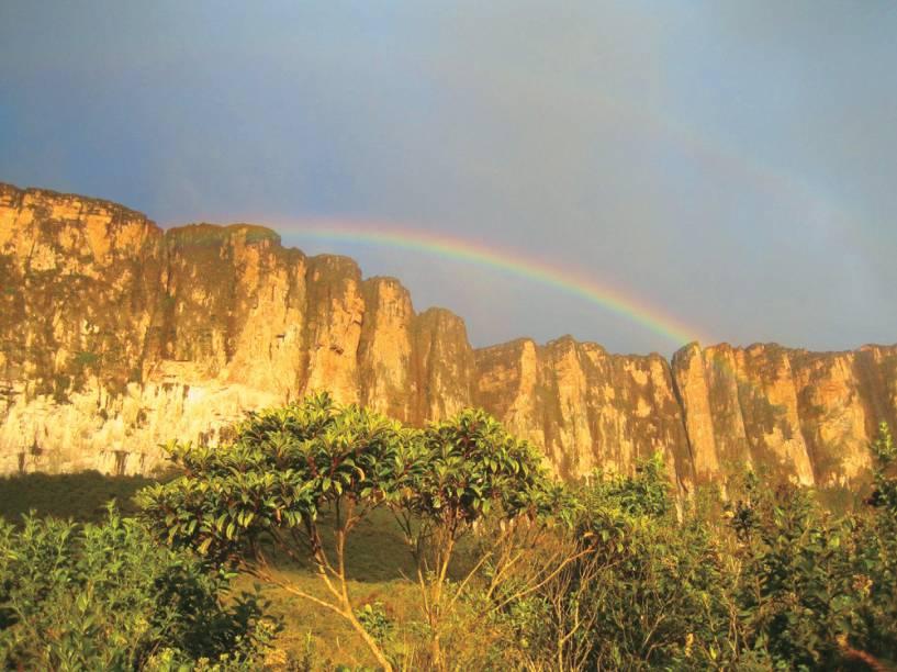 A segunda maior montanha do Brasil, o Monte Roraima tem 2.700 metros de paredão de pedra, que atrai não só aventureiros mas também cientistas e esotéricos