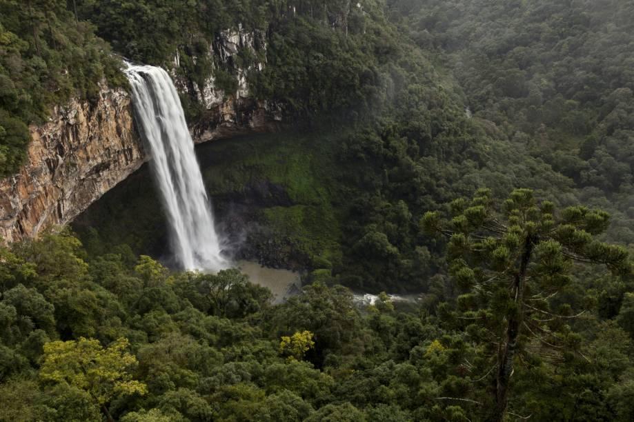 No Parque do Caracol está a cachoeira mais famosa de Canela e do Rio Grande do Sul. Com 131 m de altura, a Cascata do Caracol pode ser apreciada a partir do mirante, do Observatório Ecológico ou após uma caminhada de 40 minutos (descendo por uma escada com mais de 700 degraus) que leva ao pé da cachoeira. Um passeio de trenzinho , por cenários que recriam antigas vilas de imigrantes, é bom programa para fazer com as crianças.