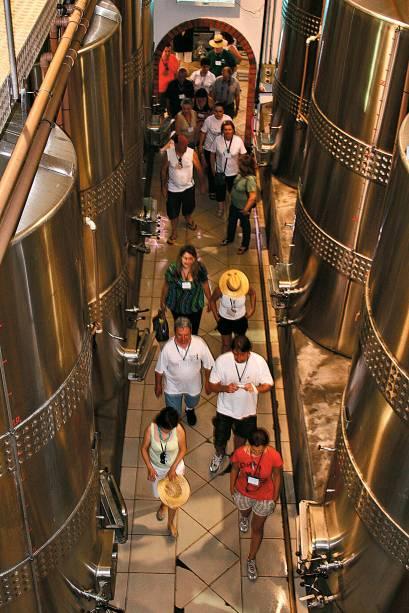O Roteiro de visita das vinícolas de Bento Gonçalves (RS) é quase sempre o mesmo: visita aos parreirais, processo de elaboração e degustação