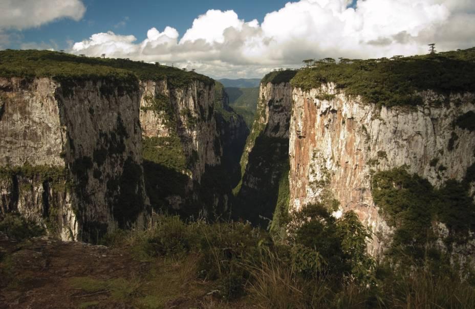 """<strong>Parque Nacional de Aparados da Serra (RS/SC)</strong>É neste parque que você vai poder admirar o <a href=""""http://viajeaqui.abril.com.br/estabelecimentos/br-rs-cambara-do-sul-atracao-canion-do-itaimbezinho"""">Cânion do Itaimbezinho</a>, considerado o mais belo da região. Há duas opções de trilhas na parte alta do cânion. A trilha do Vértice é a mais popular e dá vista para as cachoeiras a Andorinha e Véu da Noiva. Faça o passeio de manhã, para evitar cerração. A maioria dos visitantes acessa o parque pela cidade de <a href=""""http://viajeaqui.abril.com.br/cidades/br-rs-cambara-do-sul"""">Cambará do Sul</a> (RS)"""