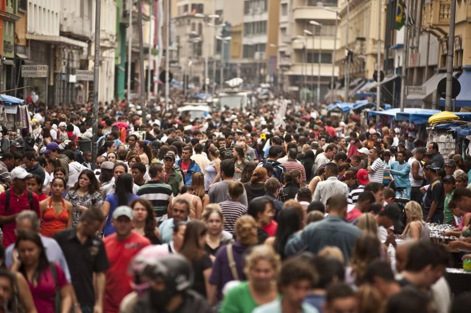 Rua 25 de Março, paraíso das compras em São Paulo