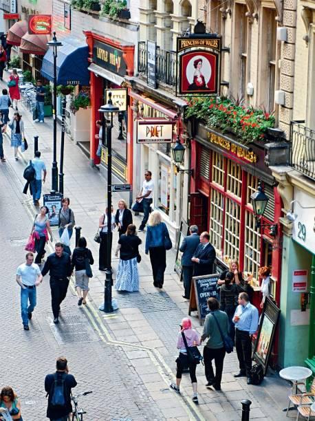 Uma rua à inglesa sempre tem um pub, como a Villiers St., em Embankment