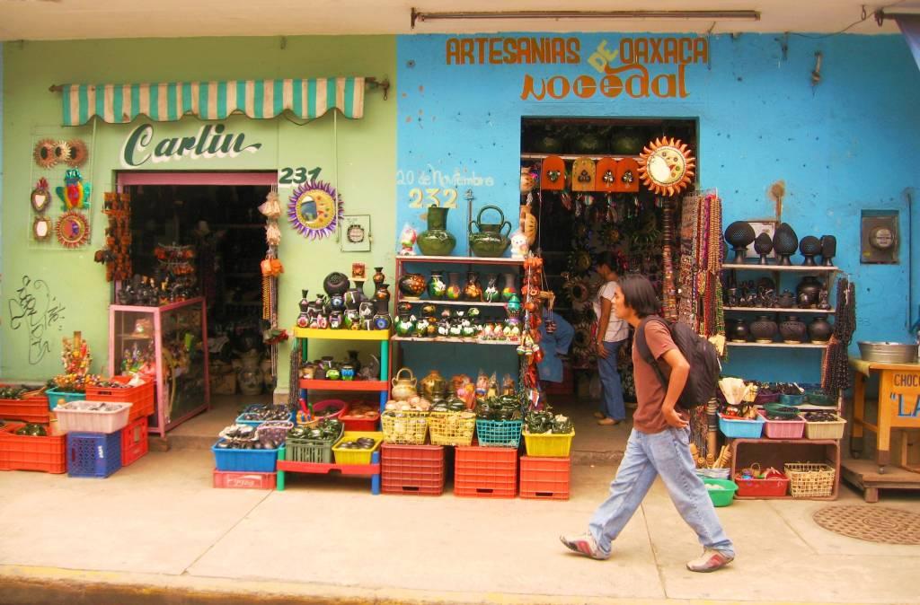 Rua com lojas de artesanato em Oaxaca, México