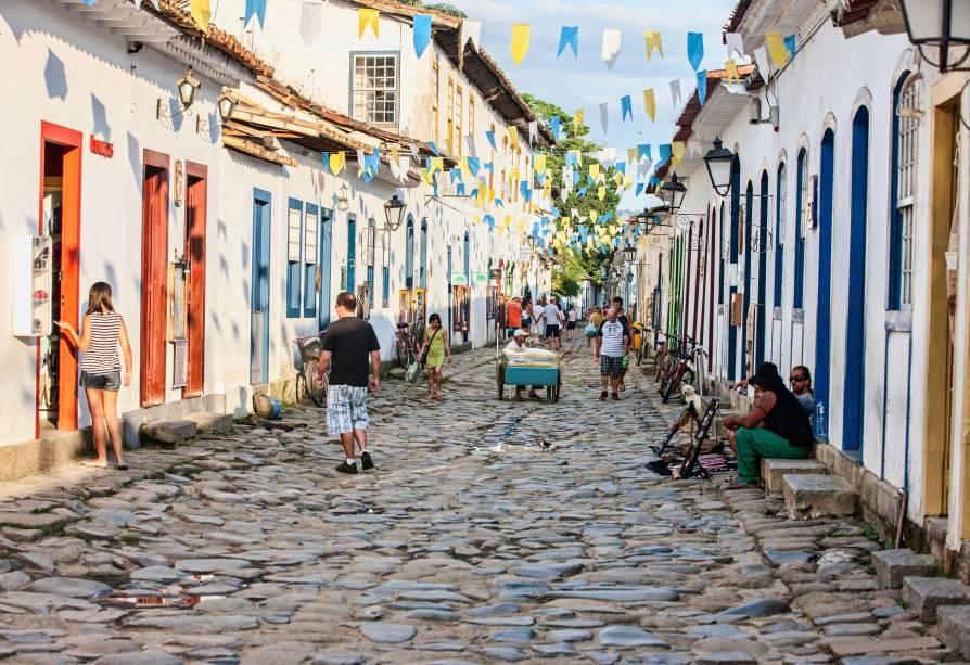 """Em meio ao casario colonial dos 33 quarteirões do <a href=""""http://viajeaqui.abril.com.br/estabelecimentos/br-rj-paraty-atracao-centro-historico"""" rel=""""Centro Histórico de Paraty"""" target=""""_blank"""">Centro Histórico de Paraty</a>, uma ou outra atração pode passar batido aos olhares mais concentrados em encontrar maneiras de caminhar sobre as ruas de pedra do que em admirar a paisagem. Por isso, selecionamos as atrações mais imperdíveis da cidade histórica do litoral sul do Rio de Janeiro para você não perder o que há de melhor por aqui - mesmo que tenha de gastar muita energia olhando para onde pisa!"""