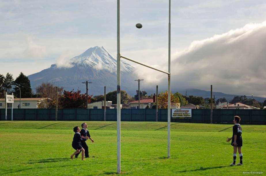 Loucos por esportes, os neozelandeses simplesmente idolatram sua seleção de rúgbi, os míticos All-Black. A paixão começa desde criança, com o aqui, em Taranaki