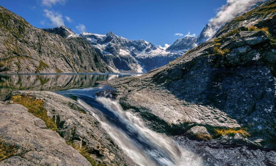"""As águas correntes do lago Erskine, em Fiordland, <a href=""""http://viajeaqui.abril.com.br/paises/nova-zelandia"""" rel=""""Nova Zelândia"""" target=""""_self"""">Nova Zelândia</a>"""