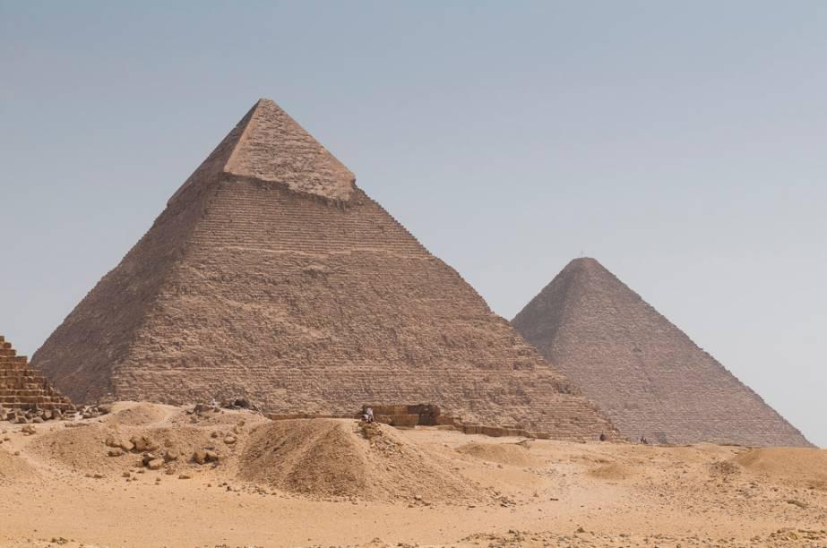 Além da grande pirâmide, a necrópole de Gizé é formada por outras importantes estruturas. As pirâmides de Miquerinos e Quéfren, a esfinge, diversas tumbas ainda sendo escavadas e o surpreendente museu que abriga a Barca Solar são obrigatórias