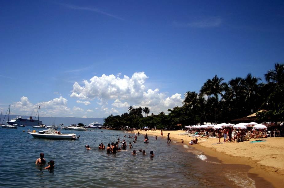 Baladas vespertinas animam os frequentadores da praia do Saco da Capela durante o verão