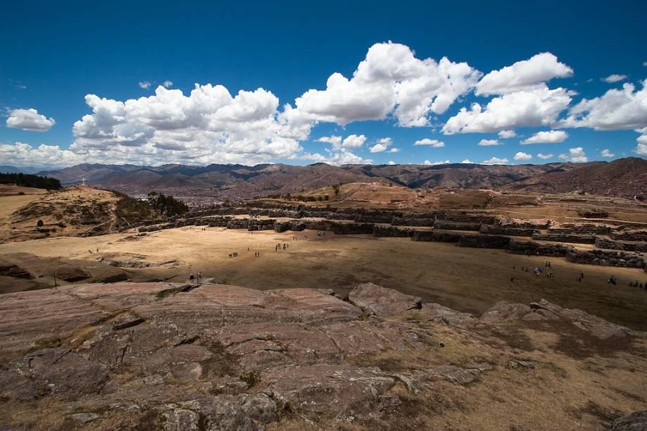 """<strong>Sacsayhuamán, <a href=""""http://viajeaqui.abril.com.br/cidades/peru-cusco"""" rel=""""Cusco"""" target=""""_blank"""">Cusco</a>, <a href=""""http://viajeaqui.abril.com.br/paises/peru"""" rel=""""Peru"""" target=""""_blank"""">Peru</a></strong>        Qualquer viajante que chega a <a href=""""http://viajeaqui.abril.com.br/cidades/peru-cusco"""">Cusco</a> com destino a <a href=""""http://viajeaqui.abril.com.br/cidades/peru-machu-picchu"""">Machu Picchu</a> longo se defronta com um rol de perguntas cujas respostas ainda permanecem em brumas profundas. O dilatado complexo de <a href=""""http://viajeaqui.abril.com.br/estabelecimentos/peru-cusco-atracao-complexo-arqueologico-de-sacsayhuaman"""">Sacsayhuamán</a> foi tomado como uma fortaleza pelos conquistadores espanhóis, mas vários indícios apontam sua importância para fins cerimoniais. Qual era sua real finalidade, porém, ainda é ponto de questionamentos. Apesar de estar profundamente dilapidado, o que restou é de deslumbrante beleza. A sequência de muralhas e a amplitude do espaço roubam o fôlego no já rarefeito ar"""