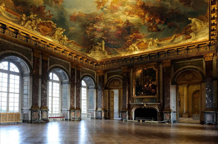 O Salão de Hércules fica no primeiro andar do Palácio de Versalhes e conecta os aposentos do rei à capela real