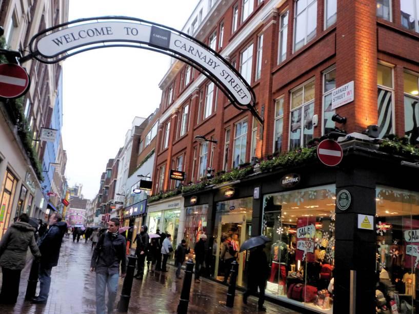 Carnaby Street é um dos mais importantes pontos de comércio de rua em Londres, com várias lojas que vêm ditando a moda e os costumes nas últimas décadas