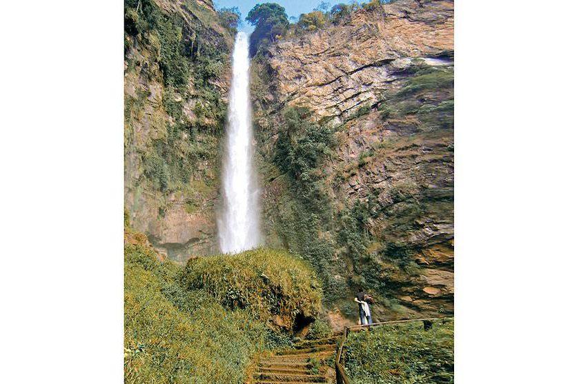 """<strong>2. <a href=""""/cidades/br-go-formosa"""" rel=""""Formosa"""" target=""""_blank"""">Formosa</a> (1 dia)</strong>        A 79 km, pela Br-020, o centro pecuário abriga o <a href=""""http://viajeaqui.abril.com.br/estabelecimentos/br-go-formosa-atracao-cachoeira-salto-do-itiquira"""" rel=""""Salto Itiquira""""><strong>Salto Itiquira</strong></a>, com 168 m de altura."""