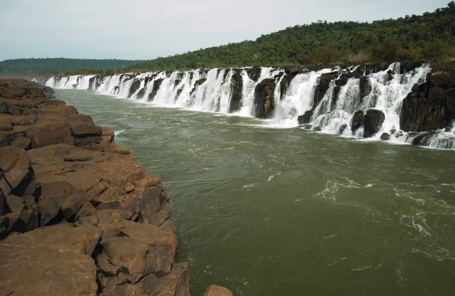 """Derrubadas, uma pequena cidade do<a href=""""http://viajeaqui.abril.com.br/estados/br-rio-grande-do-sul"""" rel="""" Rio Grande do Sul"""" target=""""_blank""""><strong>Rio Grande do Sul</strong></a>, abriga uma queda d'água que não impressiona pela altura (15 metros), mas pelo comprimento. Com 1800 metros, o <strong>Salto Yucumã</strong> é a cachoeira mais extensa do mundo"""