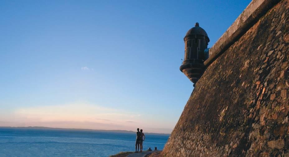 O Farol da Barra é uma das maiores referências visuais da cidade. Nos fins de tarde, turistas circulam pelo Forte de Santo Antônio da Barra para assistir ao pôr do sol