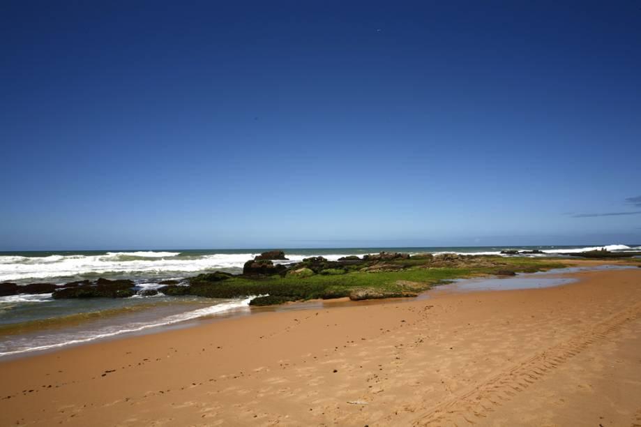 Dominada por casas de veraneio, mansões e resorts, a Praia Stella Maris tem orla extensa e ondas fortes