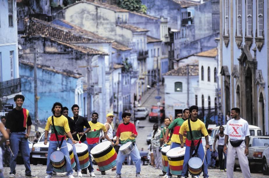 """O <a href=""""http://viajeaqui.abril.com.br/estabelecimentos/br-ba-salvador-atracao-pelourinho"""" rel=""""Pelourinho"""" target=""""_blank"""">Pelourinho</a>, Centro Histórico de Salvador, Bahia, é considerado Patrimônio Nacional da Humanidade pela Unesco desde 1985. Entre igrejas dos séculos 17 e 18, casarões coloridos, bares, restaurantes e lojinhas, a Banda Oludum faz ensaios duas vezes por semana durante o verão"""