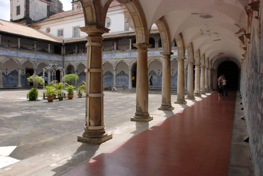 O pátio externo da Igreja e Convento São Francisco de Assis apresenta a segunda maior extensão de paredes azulejadas do mundo