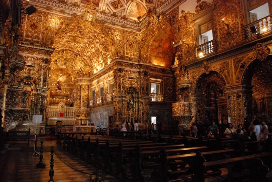 Construída com uma mistura dos estilos barroco, rococó e neoclássico, a Igreja e Convento de São Francisco é forrada de ouro, do chão ao teto