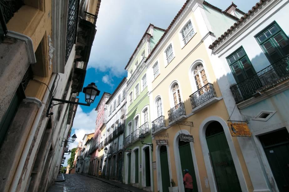 Igrejas do século 17 e 18 e casarões coloridos formam o Pelourinho, com suas ladeiras com calçamento pé de moleque