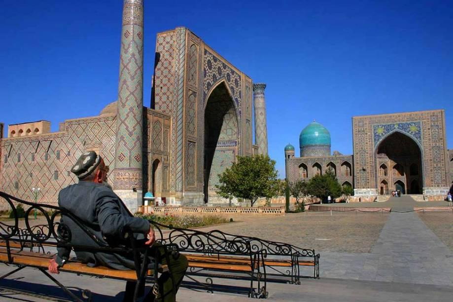 <strong>Samarqand, Uzbequistão</strong>A lendária cidade de Samarqand era um entreposto fundamental na <strong>Rota da Seda</strong>. Por ela passaram caravanas de mercadores do Oriente Médio e do Leste Asiático, envolvendo a cidade em uma rede de influências culturais que culminaram na praça do Registan e suas três magníficas madrasas (construídas a partir do século 15). Esse tipo de edificação é utilizado em todo o Islã não só para transmitir a doutrina do Corão, mas também como escolas de medicina, matemática, filosofia e ciências, entre outros.