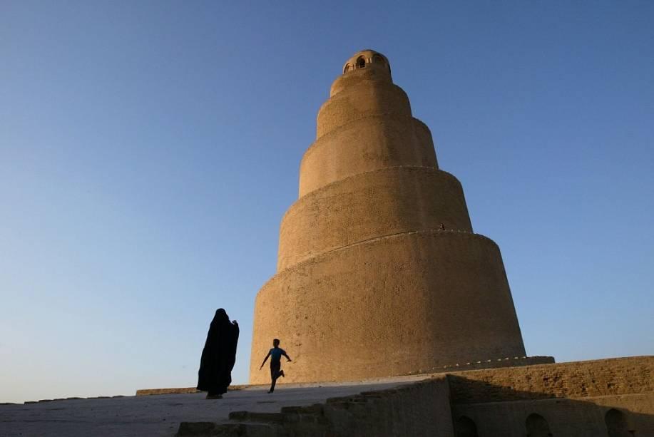 <strong>Samarra, Iraque</strong>Por séculos, a Grande Mesquita de Samarra (848-852), ao norte de <strong>Bagdá</strong>, foi a maior de seu gênero no mundo. O elegante minarete em espiral era utilizado para que os muezzins convocam-se os fiéis para as orações obrigatórias do dia. Com 50 metros de altura, oferecia um delicado traço curvelíneo ao conjunto. O sítio foi adicionado à lista de patrimônios da humanidade em 2007