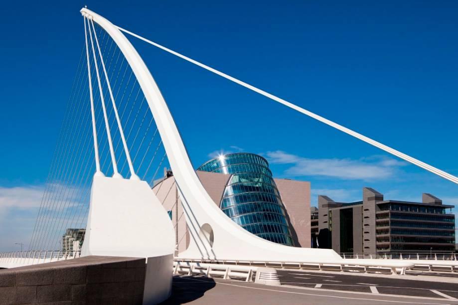 """Projetada pelo arquiteto espanhol Santiago Calatrava, a ponte Samuel Beckett cobre o rio Liffey, em <a href=""""http://viajeaqui.abril.com.br/cidades/irlanda-dublin"""" rel=""""Dublin"""">Dublin</a><strong>+ <a href=""""http://viajeaqui.abril.com.br/materias/8-experiencias-irlandesas-dublin"""" rel=""""8 experiências irlandesas em Dublin"""" target=""""_blank"""">8 experiências irlandesas em Dublin</a></strong>"""