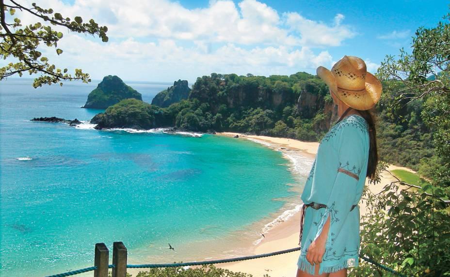 """<a href=""""http://viajeaqui.abril.com.br/estabelecimentos/br-pe-fernando-de-noronha-atracao-praia-da-baia-do-sancho""""><strong>Praia do Sancho</strong></a>Não há como negar, esta é uma das praias mais bonitas da ilha - e do Brasil. Entre os ingredientes que justificam a fama estão a faixa de areia dourada, emoldurada por falésias, a água cristalina, os corais e a rica fauna marinha que você admira flutuando equipado com snorkel. Quem chega por terra vai suspirar ao se deparar, a partir do mirante (foto), com a linda combinação de cores da praia. Para alcançar a areia, é preciso descer (com cuidado!) por uma escadinha de uma fenda.Se você fizer os passeios básicos de Noronha, certamente vai passar por aqui, de buggy no Ilhatur ou de barco. Mas faça um favor para você mesmo e volte aqui por conta própria, com tempo para desfrutar da praia com mais tranquilidade."""