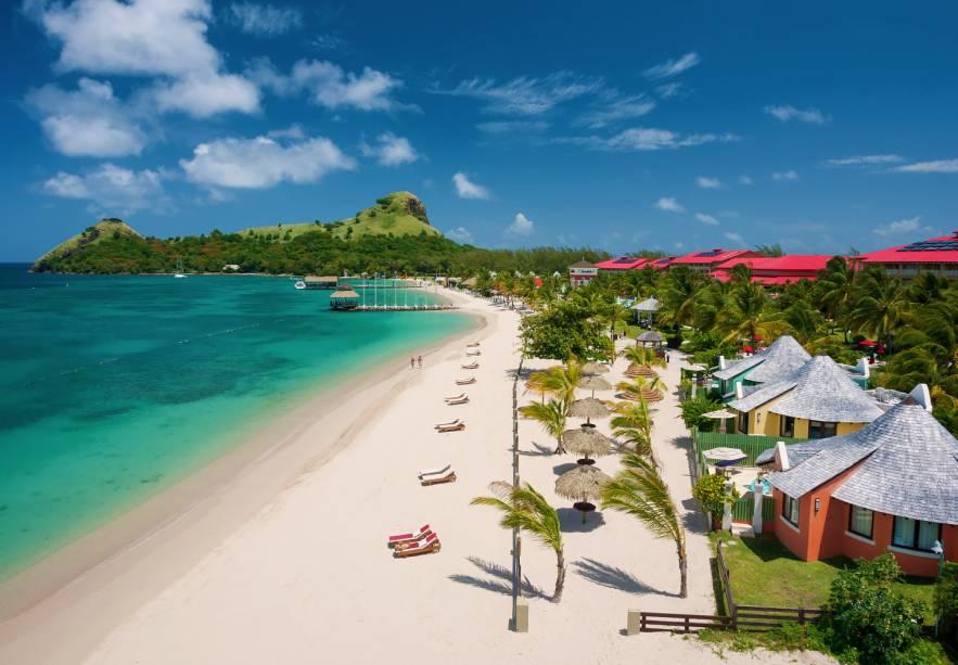 """<strong><a href=""""http://www.sandals.com/main/grande/gl-home"""" rel=""""Sandals Grande St. Lucian Spa & Beach Resort"""" target=""""_blank"""">Sandals Grande St. Lucian Spa & Beach Resort</a> – Santa Lúcia</strong>Este resort enorme tem a sua própria península na ilha de Santa Lucia! Montanhas vulcânicas surgem ao longe do outro lado de um mar impossivelmente azul, que só existe no Caribe. São 12 restaurantes no complexo hoteleiro, servindo grande variedade de pratos, 5 piscinas de água doce e 4 piscinas com correnteza e 6 bares, incluindo um pub inglês genuíno. O resort oferece mergulho ilimitado, assim como diversos esportes aquáticos e em terra, incluindo um campo de golfe"""