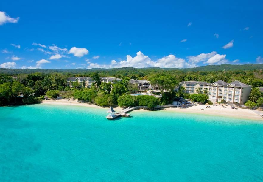 """<strong><a href=""""http://www.sandals.com/main/plantation/rp-home/"""" rel=""""Sandals Royal Plantation"""" target=""""_blank"""">Sandals Royal Plantation</a> – <a href=""""http://viajeaqui.abril.com.br/paises/jamaica"""" rel=""""Jamaica"""" target=""""_blank"""">Jamaica</a></strong>                        Localizada na praia de Ocho Rios e com píer que entra para dentro do mar azul turquesa, suas 78 suítes têm vista para o mar e atendimento de mordomo 24h, inclusive na praia. Elegância e atenção ao detalhe neste resort histórico que já foi frequentado por Ian Fleming e Noel Coward. Tours de snorkel e mergulho estão incluídos na diária, assim como windsurfing, canoagem, veleiros, barcos com fundo de vidro (para ver todos os peixinhos sem precisar entrar na água) e outras atividades aquáticas"""