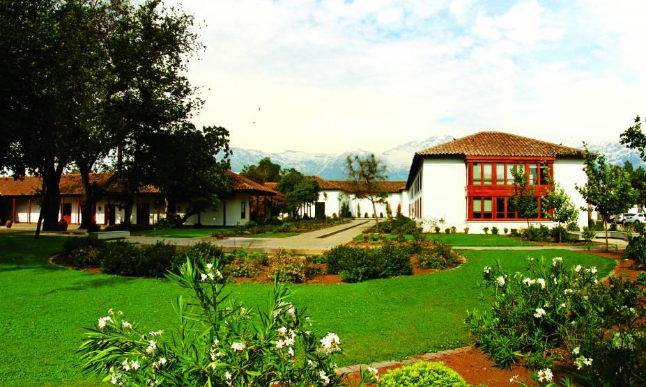 """<strong><a href=""""http://www.santacarolina.cl/"""" rel=""""9. Santa Carolina"""" target=""""_blank"""">9. Santa Carolina</a> (<a href=""""http://viajeaqui.abril.com.br/cidades/chile-santiago"""" rel=""""Santiago"""" target=""""_self"""">Santiago</a>, <a href=""""http://viajeaqui.abril.com.br/paises/chile"""" rel=""""Chile"""" target=""""_self"""">Chile</a>) </strong>    Idealizada pelo político Don Luis Pereyra Cotapos, em homenagem à esposa Carolina Iñiguez, a vinícola possui um projeto valoroso, erguido pelo arquiteto Emile Doyère entre 1877 e 1898, sendo declarado como Monumento Histórico do Chile. Localizada a apenas 6 km da Plaza de Armas, no Centro de Santiago, a propriedade oferece passeios a partir de seu jardim, com degustação inclusa e um guia revelando a história do local, que guarda documentos antigos e valiosos."""