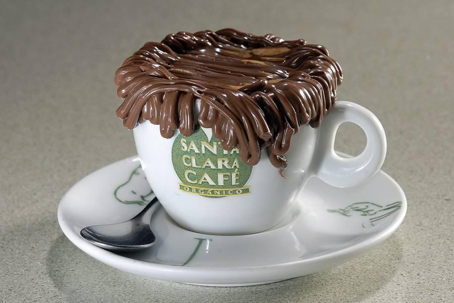 """<a href=""""http://viajeaqui.abril.com.br/estabelecimentos/br-ce-fortaleza-restaurante-santa-clara-cafe-organico"""" rel=""""Santa Clara Café Orgânico (Natal)""""><strong>Santa Clara Café Orgânico (Natal)</strong></a>    As 36 bebidas no cardápio são preparadas a partir de grãos de marca própria torrados na cafeteria, usados também na filial em <a href=""""http://viajeaqui.com.br/cidades/br-ce-fortaleza"""" rel=""""Fortaleza"""">Fortaleza</a>. Entre os 13 cafés frios, o <strong>café bandeira</strong> é feito com cappuccino gelado e chocolate quente, e o vienense combina espresso, leite condensado, creme de leite, chocolate gelado, cacau em pó e chantili. Os baristas são certificados pelo <strong>Centro de Preparação do Café</strong>. <em>Av. Bernardo Vieira, 3775, (Shopping Midway Mall, Tirol), 84/3221-6576</em>"""