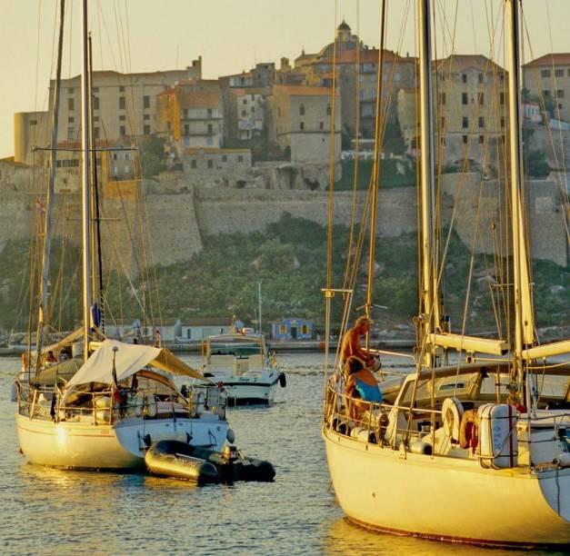 A cidadela de Calvi diante do mar