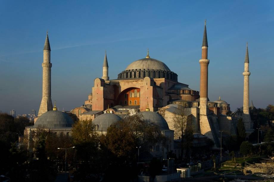 A antiga basílica de Santa Sofia tornou-se mesquita depois da conquista otomana, quando recebeu seus característicos minaretes