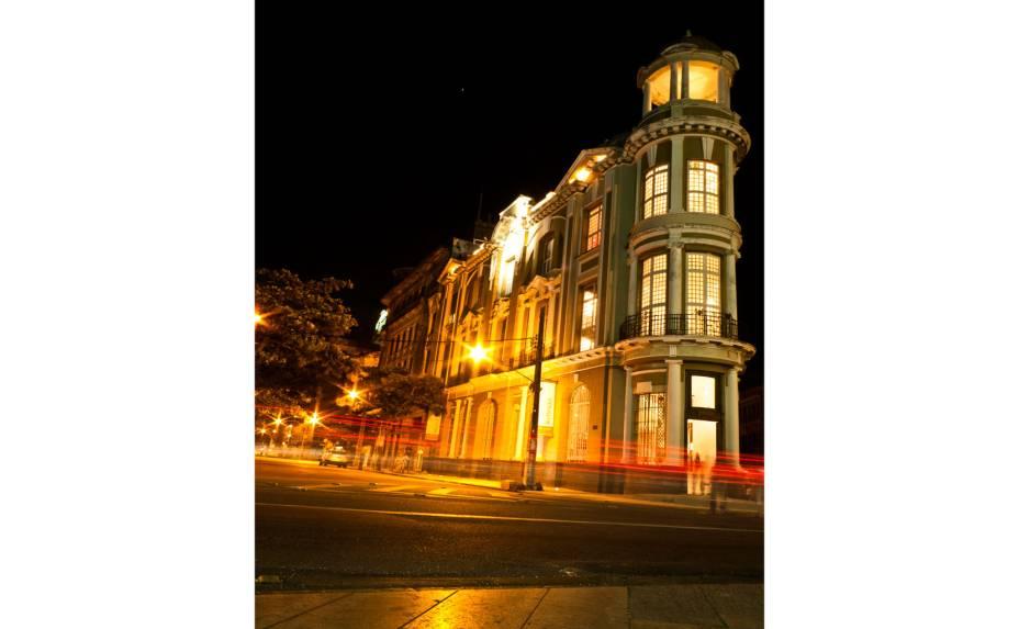 """<a href=""""http://viajeaqui.abril.com.br/estabelecimentos/br-pe-recife-atracao-recife-antigo"""" rel=""""Santander Cultural:""""><strong>Santander Cultural:</strong></a> espaço cultural que alia exposições periódicas de arte com shows e exibições de filmes"""