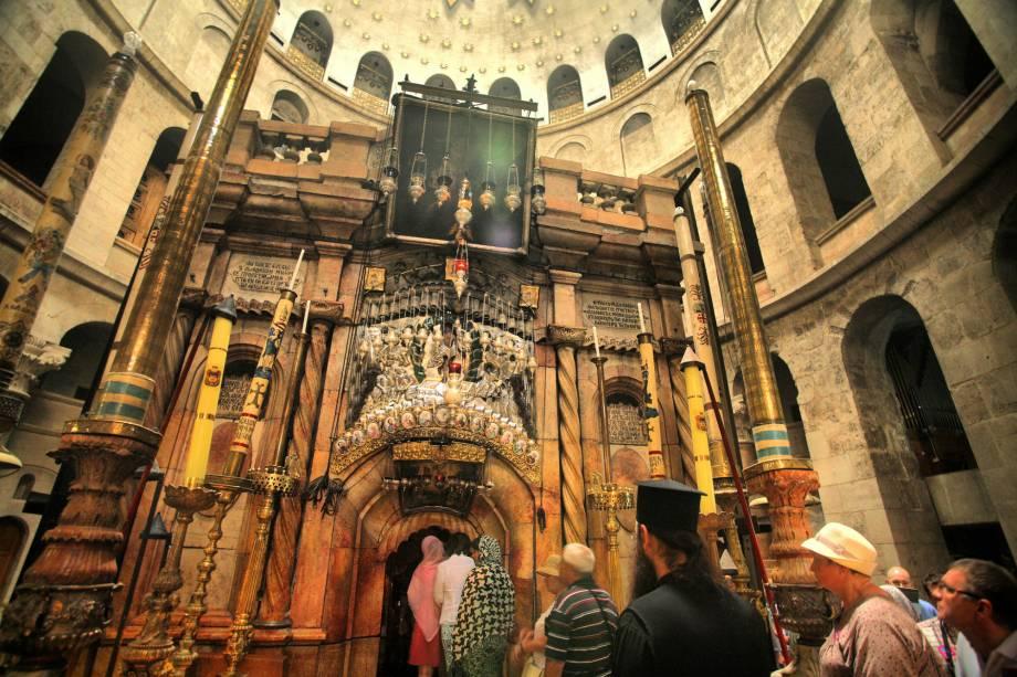 """<a href=""""http://viajeaqui.abril.com.br/estabelecimentos/israel-jerusalem-atracao-basilica-do-santo-sepulcro"""" rel=""""Igreja do Santo Sepulcro"""" target=""""_blank""""><strong>Basílica do Santo Sepulcro</strong></a> (local sagrado para o cristianismo)Logo na entrada há uma reprodução da pedra na qual o corpo de Cristo teria sido preparado para o enterro, um local adorado pelos fiéis. Durante a semana santa, cerimônias fascinantes de cada comunidade cristã ocorrem na igreja. Ela fica na Cidade Velha, e a entrada é gratuita"""