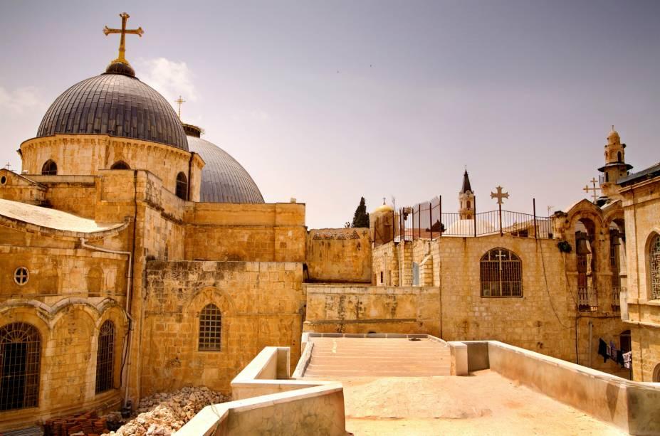 """<a href=""""http://viajeaqui.abril.com.br/estabelecimentos/israel-jerusalem-atracao-basilica-do-santo-sepulcro"""" rel=""""Igreja do Santo Sepulcro"""" target=""""_blank""""><strong>Basílica do Santo Sepulcro</strong></a> (local sagrado para o cristianismo)A igreja mais importante da cristandade é uma soma de templos construídos, destruídos e reformados. Fica no local da crucificação, sepultamento e ressurreição de Cristo. Foi construída no ano 330, e sua administração é dividida entre gregos ortodoxos, católicos romanos, armênios ortodoxos e as igrejas copta, síria e etíope"""