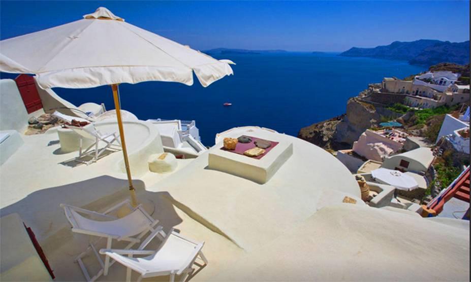 """<strong>Ilhas Cíclades, <a href=""""http://viajeaqui.abril.com.br/paises/grecia"""" rel=""""Grécia"""" target=""""_blank"""">Grécia</a>: casas cíclades</strong>Ao avistar as ilhas Cíclades, duas cores se destacam: o branco e o azul. Isso porque características casinhas cúbicas parecem se modelar ao revelo das encostas. As suas paredes caiadas, com bordas arredondas e detalhes azulados, definem o estilo grego de arquitetura doméstica. As paredes grossas e as janelas e portas pequenas tinham a função de evitar o acesso de piratas - principalmente os otomanos, que tentavam conquistar o Mar Mediterrâneo - aos interiores das casas"""