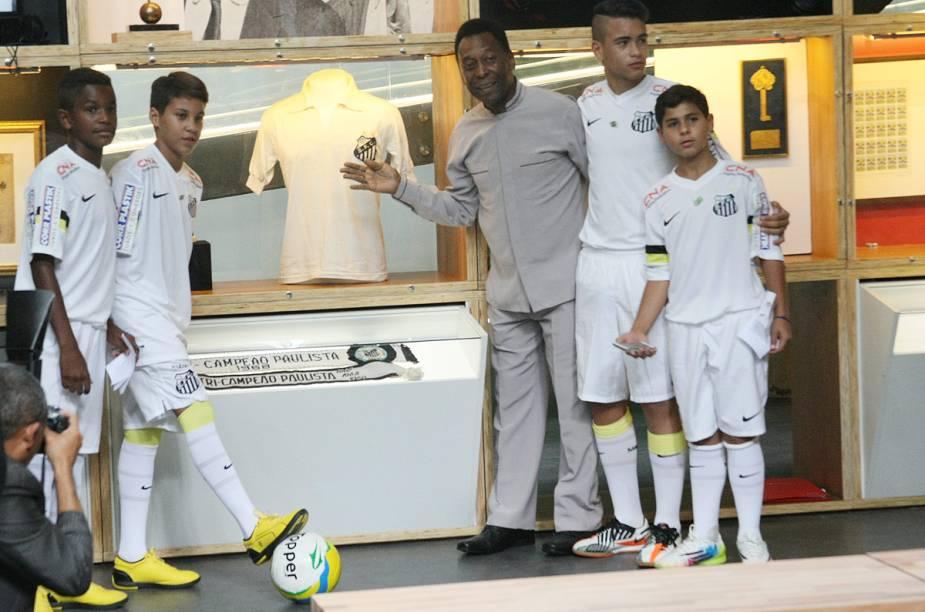 Pelé exibe sua camisa 10 do Santos no dia da inauguração do Museu, em 15 de junho de 2014
