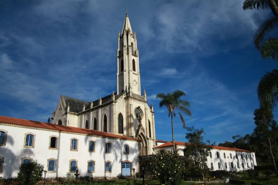 Santa Bárbara e Catas Altas dividem o Parque Natural do Caraça, a visita à igreja gótica e o museu do santuário é praticamente obrigatória
