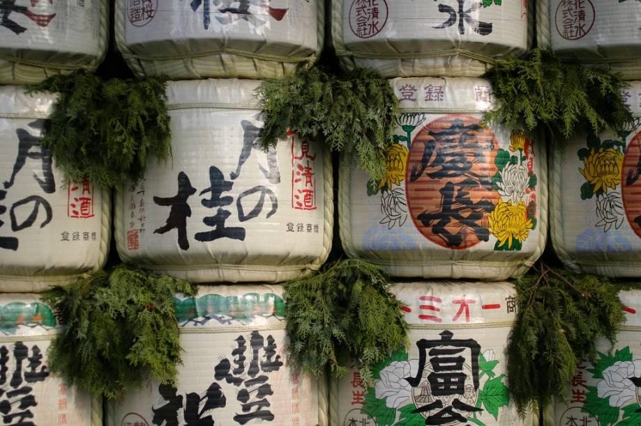 Oferendas de saquê no Santuário Heian Jingu de Kyoto