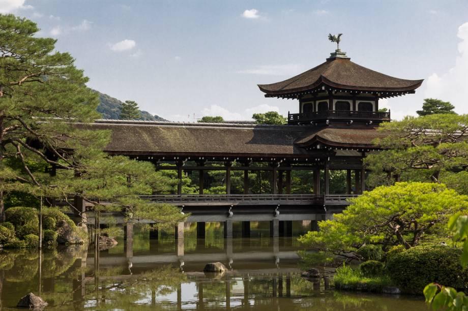 Ponte nos jardins do santuário Heian Jingu