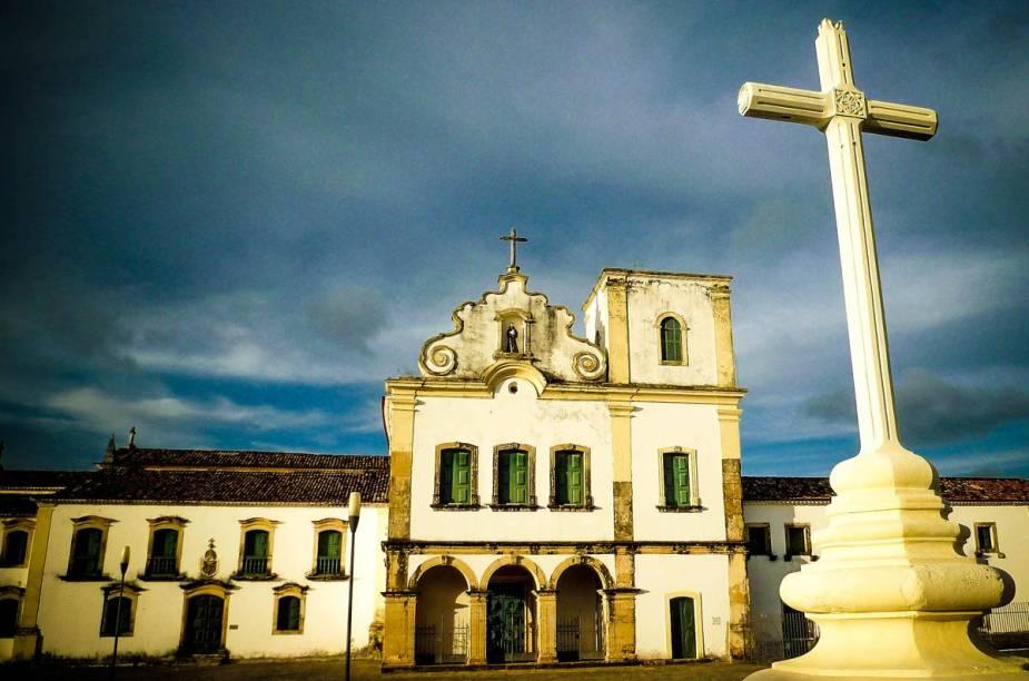 """<strong><a href=""""http://viajeaqui.abril.com.br/cidades/br-se-sao-cristovao"""" target=""""_self"""">São Cristóvão</a>, <a href=""""http://viajeaqui.abril.com.br/estados/br-sergipe"""" target=""""_self"""">Sergipe</a></strong> Fundada em 1590, a cidade está entre as mais antigas do país, além de ter sido marcada como a capital do Estado até o ano de 1855. Localizada nos arredores de <a href=""""http://viajeaqui.abril.com.br/cidades/br-se-aracaju"""" target=""""_self"""">Aracaju</a>, ela possui um rico e bem preservado conjunto arquitetônico colonial, de influência espanhola, que marca o charmoso Centro Histórico. Suas atrações encantam os turistas, sobretudo a <strong>Praça de São Francisco</strong> - tombada como Patrimônio da Humanidade pela Unesco em 2010 <em><a href=""""http://www.booking.com/city/br/aracaju.pt-br.html?aid=332455&label=viagemabril-cidades-historicas-do-brasil"""" target=""""_self"""">Veja preços de hotéis próximos a São Cristóvão no Booking.com</a></em>"""
