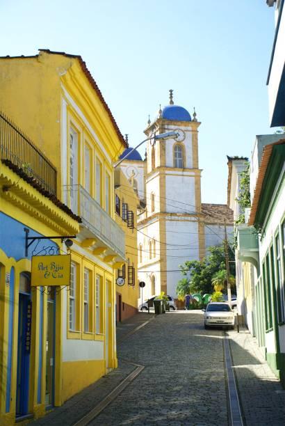 """<strong><a href=""""http://viajeaqui.abril.com.br/cidades/br-sc-sao-francisco-do-sul"""" target=""""_self"""">São Francisco do Sul</a>, <a href=""""http://viajeaqui.abril.com.br/estados/br-santa-catarina"""" target=""""_self"""">Santa Catarina</a></strong> A cidade mais antiga do Estado foi fundada em 1504 pelos portugueses e preserva até hoje uma série de construções temáticas, muitas delas tombadas pelo IPHAN. Influências espanholas, africanas e francesas se misturam em elementos de suas edificações, concentradas em seu charmoso <strong>Centro Histórico</strong>. Atrações como o Museu Nacional reúne embarcações de todo o litoral da região <em><a href=""""http://www.booking.com/city/br/sao-francisco-do-sul.pt-br.html?aid=332455&label=viagemabril-cidades-historicas-do-brasil"""" target=""""_blank"""">Veja preços de hotéis em São Francisco do Sul no Booking.com</a></em>"""