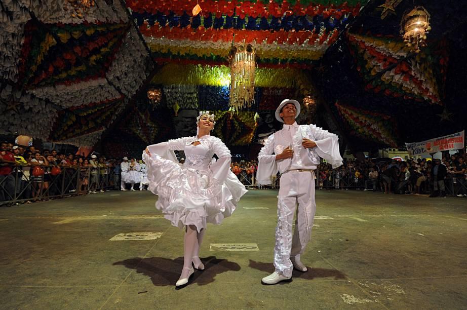 Na edição de 2012 do São João de Campina Grande (PB), quadrilhas juninas disputam um concurso que vai eleger a melhor dança de São João